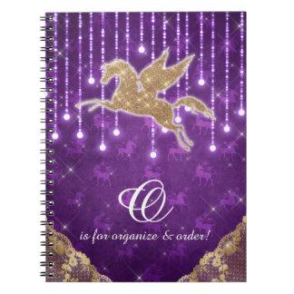 O ouro do brilho do unicórnio ilumina a letra roxa cadernos