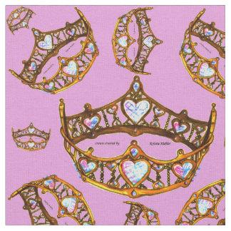 O ouro dos corações da rainha coroa o tecido