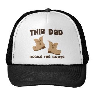 O pai balança seu vaqueiro das botas boné