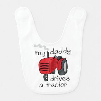 O pai conduz um trator babadores para bebes