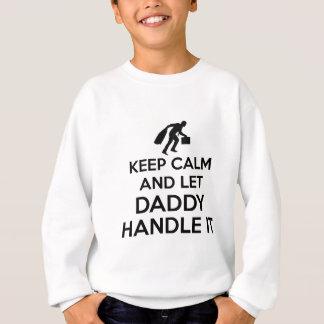 O pai mantem o camiseta calmo