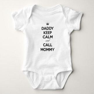 O pai mantem-se mamães calmas e da chamada body para bebê