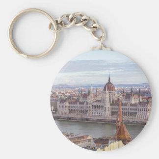 O parlamento húngaro Budapest em o dia Chaveiro