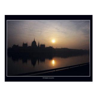 O parlamento húngaro no nascer do sol cartão postal