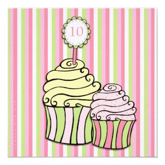 O partido listrado 10o cupcake do aniversário das convite personalizados