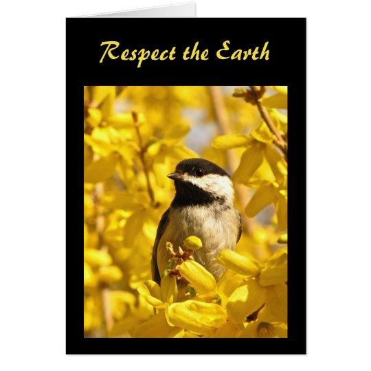 O pássaro do Chickadee no amarelo floresce o Dia Cartão Comemorativo
