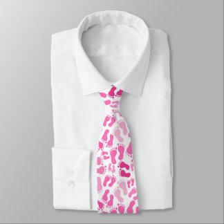 O pé cor-de-rosa do bebê imprime o laço do pescoço gravata