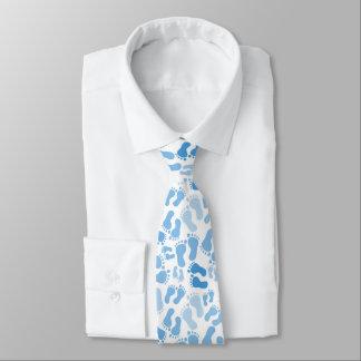 O pé do bebê azul imprime o laço do pescoço gravata