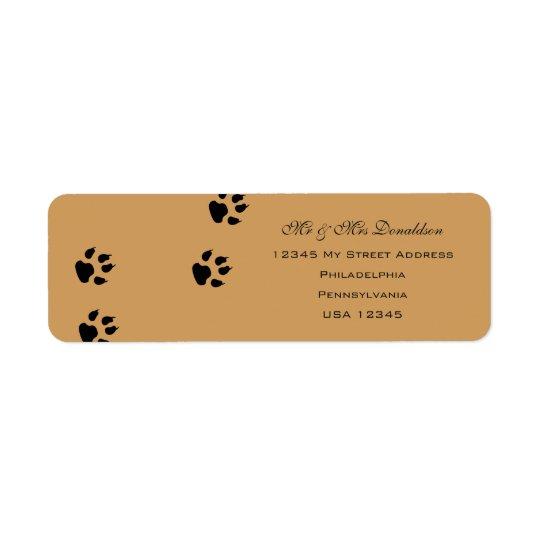 O pé do cão imprime etiquetas de endereço