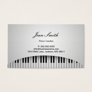 O piano branco puro do professor de piano fecha a cartão de visitas