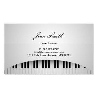 O piano branco puro fecha o cartão de visita do