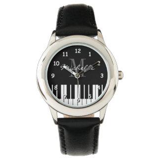 O piano de cauda fecha o relógio dos miúdos com