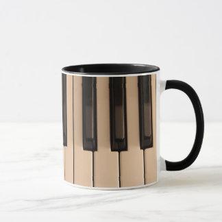 O piano fecha a caneca de café