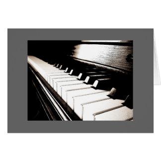 O piano fecha o cartão de nota cinzento da beira