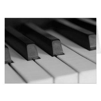 O piano fecha o close up cartão de nota
