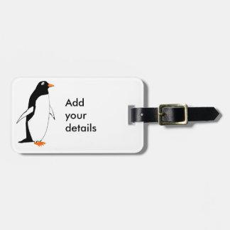 O pinguim bonito adiciona detalhes etiquetas para malas de viagem