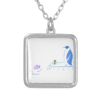O pinguim dá a selo um presente colar banhado a prata