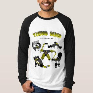O pinguim, jovem atira no t-shirt