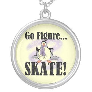 O pinguim vai figura t-shirt e presentes do skate colar com pendente redondo