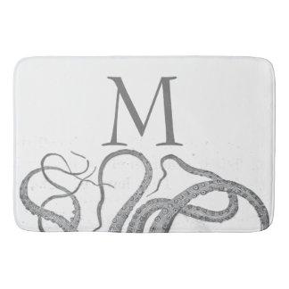 O polvo náutico do monograma inicial feito sob tapete de banheiro