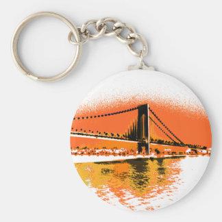 O por do sol reduz o chaveiro da ponte