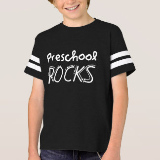 O pré-escolar balança a camisa dos miúdos