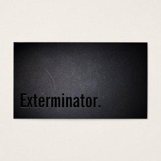 O profissional enegrece para fora o cartão de