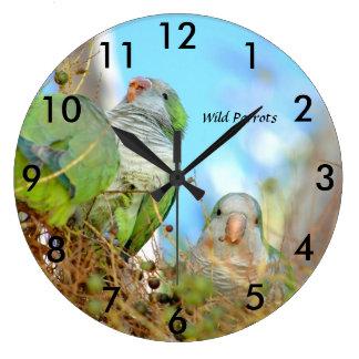 O quacre verde selvagem repete mecanicamente o relógio grande