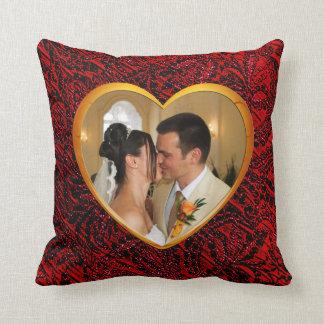 O quadro do coração do ouro com tecido vermelho almofada