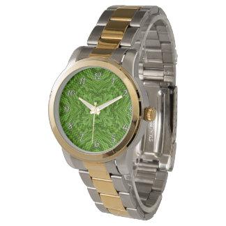 O relógio das mulheres coloridas verdes indo do