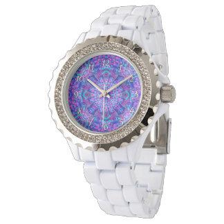 O relógio das mulheres roxas e azuis do vintage do