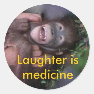 O riso é os animais da medicina que riem adesivo em formato redondo