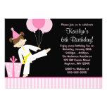 O rosa Balloons o aniversário da menina do karaté  Convite Personalizado