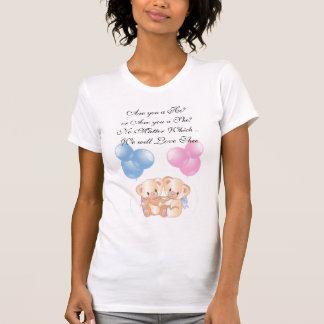 O rosa e o aperto azul carregam esperar o t-shirt
