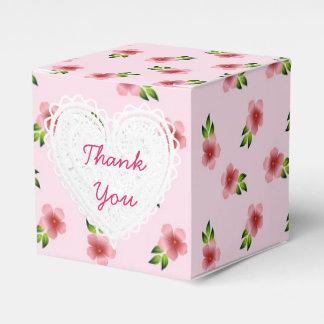 O rosa floresce a caixa do cupcake