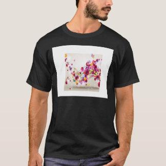 O rosa roxo floresce redemoinhos da borboleta camiseta