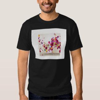 O rosa roxo floresce redemoinhos da borboleta t-shirt