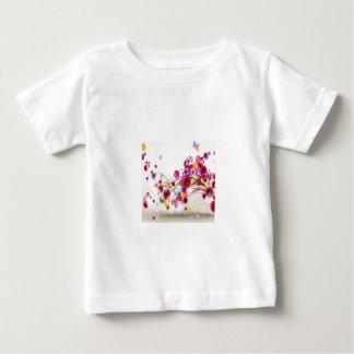 O rosa roxo floresce redemoinhos da borboleta tshirts