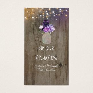 O roxo floresce a madeira e luzes rústicas do cartão de visitas