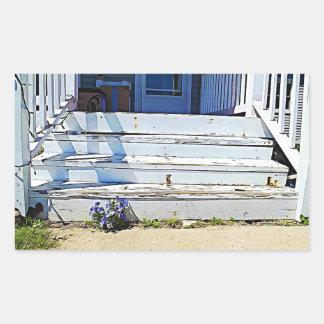 O roxo floresce etiquetas velhas das escadas da