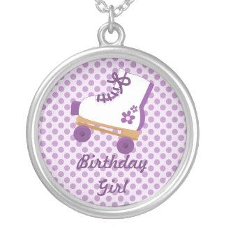 O roxo pontilha a colar da menina do aniversário d