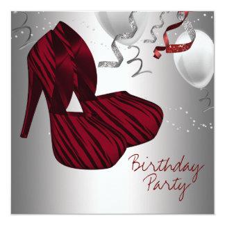 O salto alto calça a festa de aniversário vermelha convite quadrado 13.35 x 13.35cm