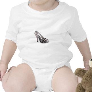 O salto alto de prata adiciona a jóia animal do im macacãozinho para bebês