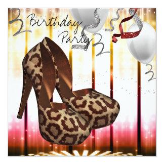 O salto alto do leopardo calça a festa de