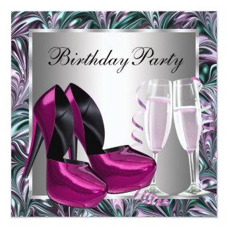 O salto alto do rosa quente calça o aniversário da convite personalizados
