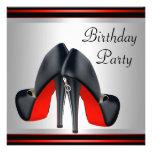 O salto alto vermelho calça a festa de aniversário convite