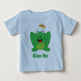 """O sapo bonito diz que """"me beije"""" camiseta do conto"""