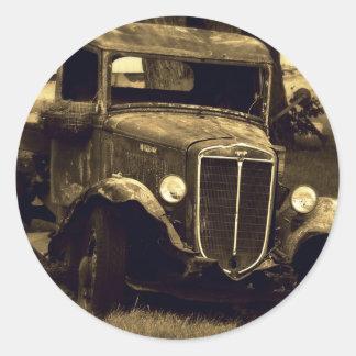 O Sepia tonificou o caminhão antigo do vintage Adesivo Redondo