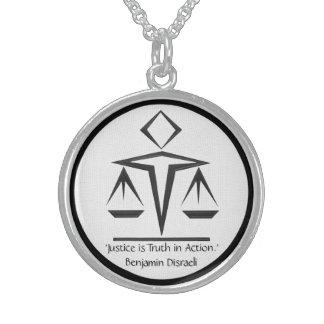 O significado de justiça - preto e branco colar com pendente redondo