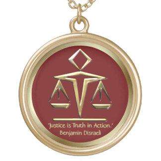 O significado do ouro de justiça escala o vermelho colar com pendente redondo